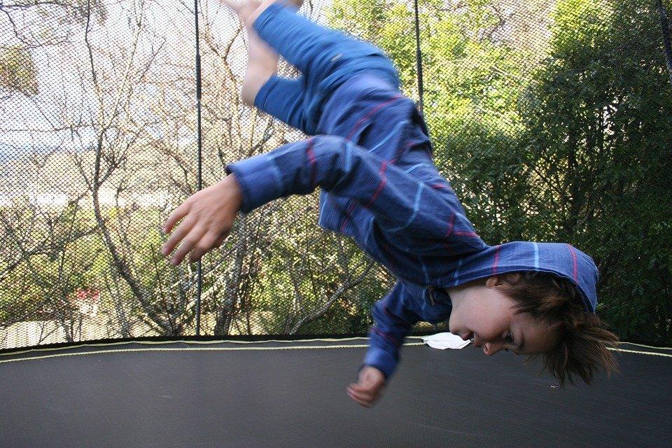 skákání na trampolíně